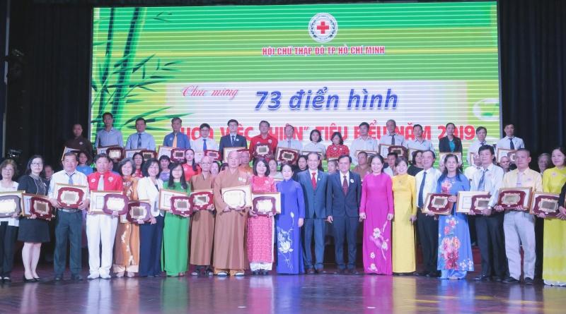 TPHCM tuyên dương 73 'Hoa việc thiện'