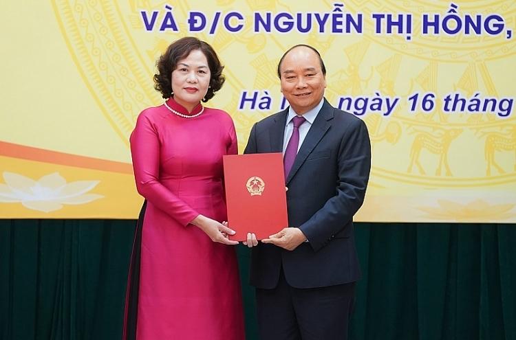 Thủ tướng Chính phủ Nguyễn Xuân Phúc  trao quyết định bổ nhiệm cho Thống đốc Ngân hàng Nhà nước - Thống đốc nữ đầu tiên