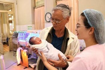mot phu nu 54 tuoi van sinh con khoe manh