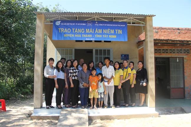 Hội LHPN TP.HCM đã vận động nhà tài trợ tặng mái ấm tình thương cho phụ nữ nghèo.