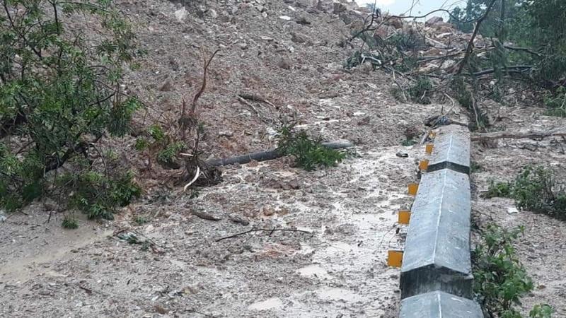 Mưa lớn nhiều tuyến đường của tỉnh Nghệ An bị ngập sâu và sạt lở nghiêm trọng