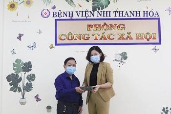 vo chong bac si ung ho 200 trieu dong mua com cho benh nhan ngheo