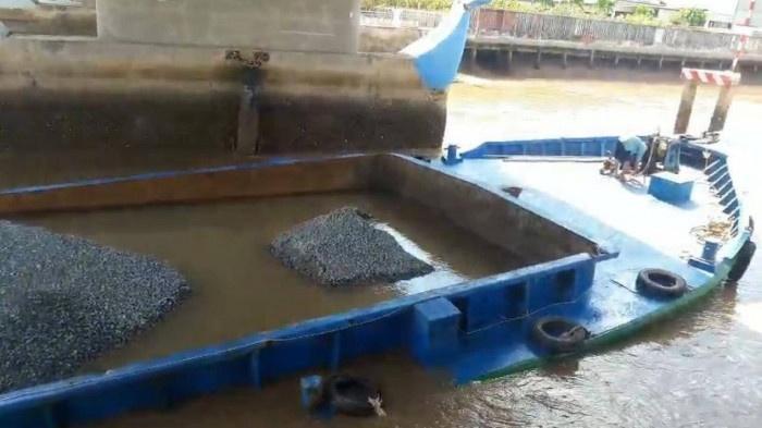 Hậu Giang: Sà lan chở 500 tấn cát bị chìm một cháu bé 3 tuổi được cứu thoát