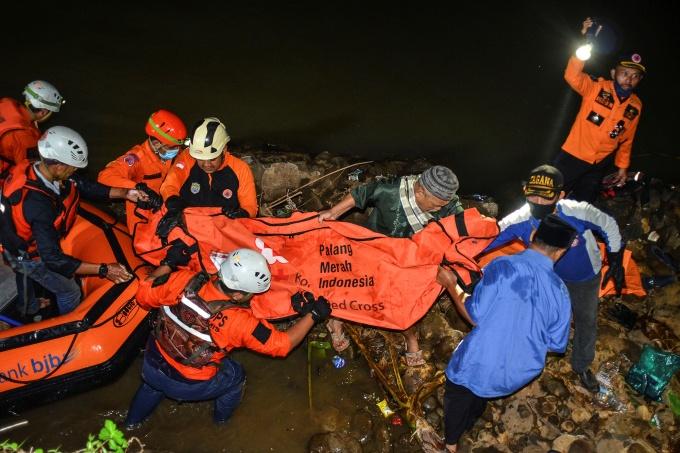 Hàng chục học sinh Indonesia đuối nước khi dọn rác ven sông