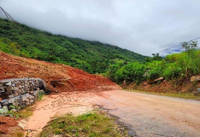 Thanh Hóa: Hàng ngàn m3 đất đá vùi lấp Quốc lộ 15C lên huyện Mường Lát do sạt lở núi