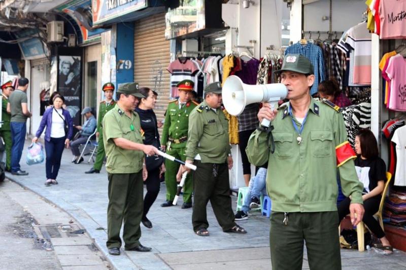 Hà Nội: Công an quận Hoàn Kiếm ra quân xử phạt vi phạm trật tự đô thị