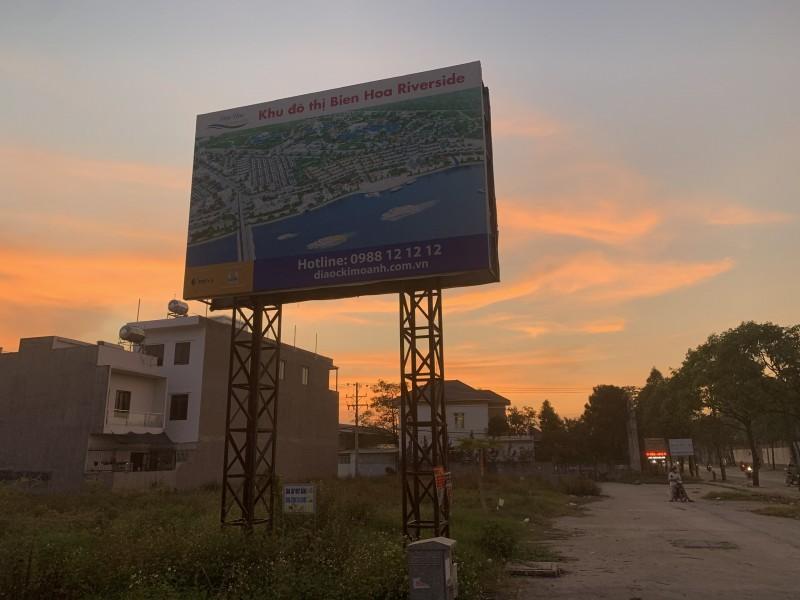 """Đồng Nai: Khách hàng treo băng rôn đòi """"sổ hồng"""" tại dự án Biên Hòa Riverside"""