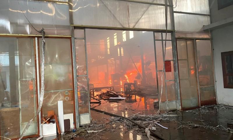"""Hải Phòng:  Xưởng gỗ hàng nghìn m2 bị """"bà hỏa"""" thiêu rụi"""