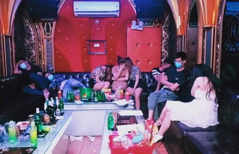Hải Phòng: Quán karaoke bị thu giấy phép vì bất chấp lệnh cấm vẫn mở cửa cho khách hát, sử dụng ma túy