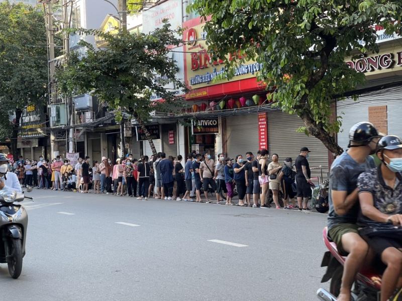 Hải Phòng: Xếp hàng dài mua bánh Trung thu bất chấp dịch Covid-19