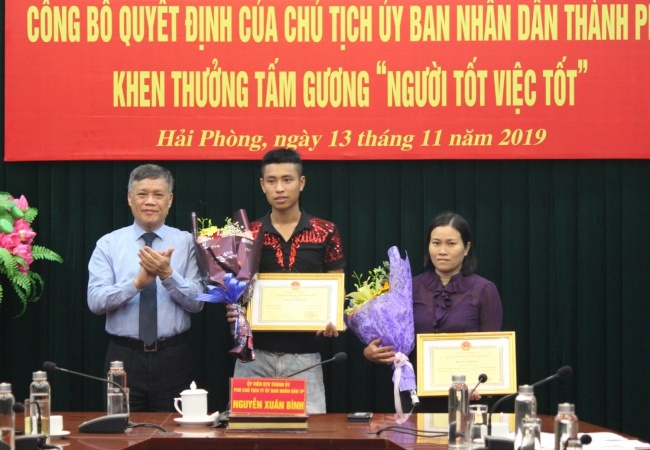 Hải Phòng: Hai người dân được nhận bằng khen của Chủ tịch UBND thành phố vì cứu người gặp nạn và trả lại của rơi.