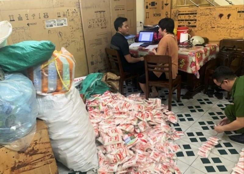 Đà Nẵng: Mua hạt nêm, bột ngọt trôi nổi đem đóng gói bán để trục lợi