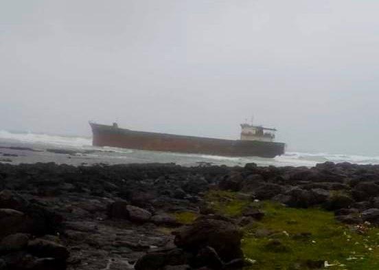 Quảng Ngãi: Tàu thi công tại cảng Hòa Phát – Dung Quất bị sóng đánh dạt, mắc cạn ở gành biển