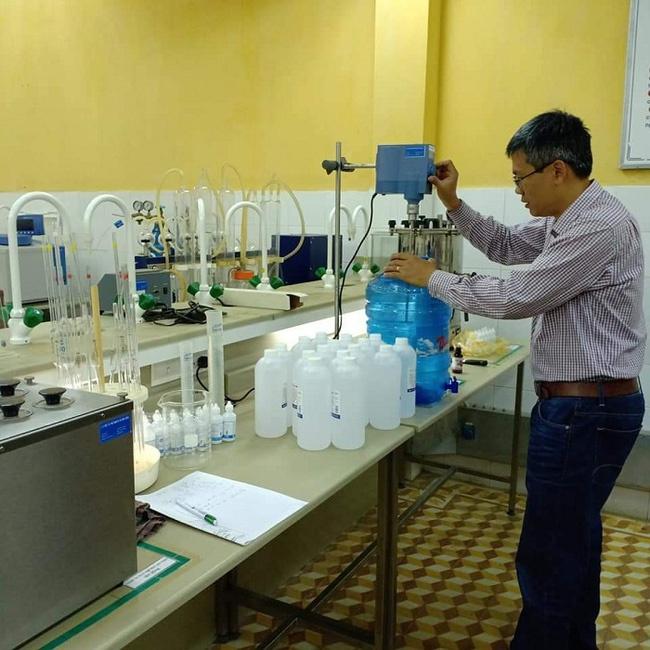 Quảng Ngãi: Giáo viên khoa công nghệ lọc hóa dầu pha chế dung dịch sát khuẩn