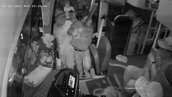 Quảng Nam: Tranh giành khách, nhà xe mang dao tấn công tài xế