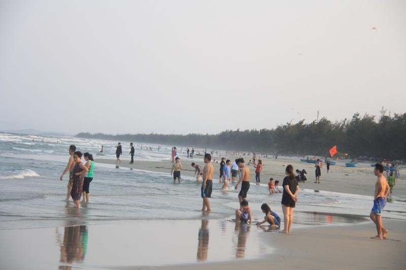 Quảng Ngãi: Bất chấp lệnh cấm Bãi biển Mỹ Khê vẫn đông nghẹt người