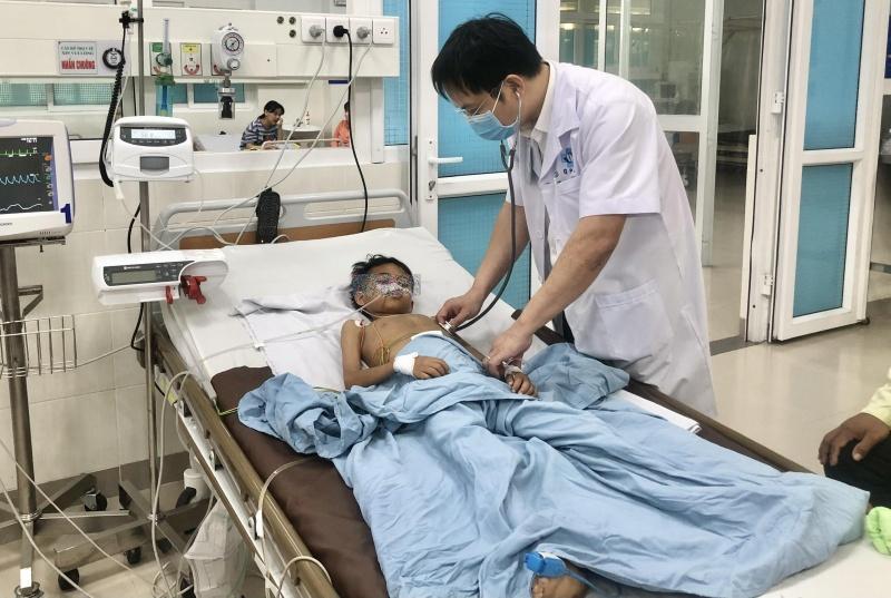 Quảng Ngãi: Cứu sống bé trai bị tắc ruột do ăn giẻ