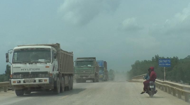 Đà Nẵng: Xe chở đất chạy hàng loạt khiến cả tuyến đường ngập trong khói bụi