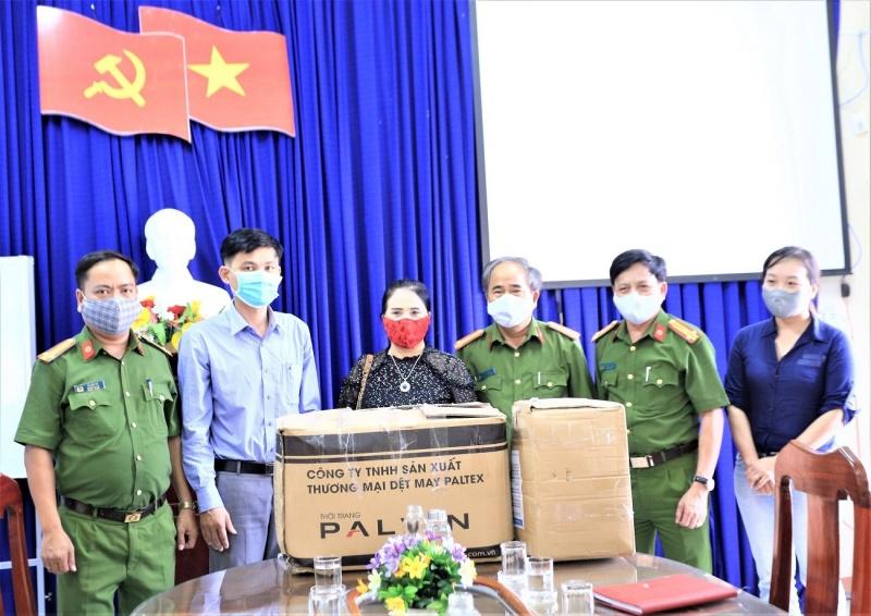 Đà Nẵng: Phòng Cảnh sát hình sự tặng hàng ngàn khẩu trang, nước rửa tay cho lực lượng Công an xã