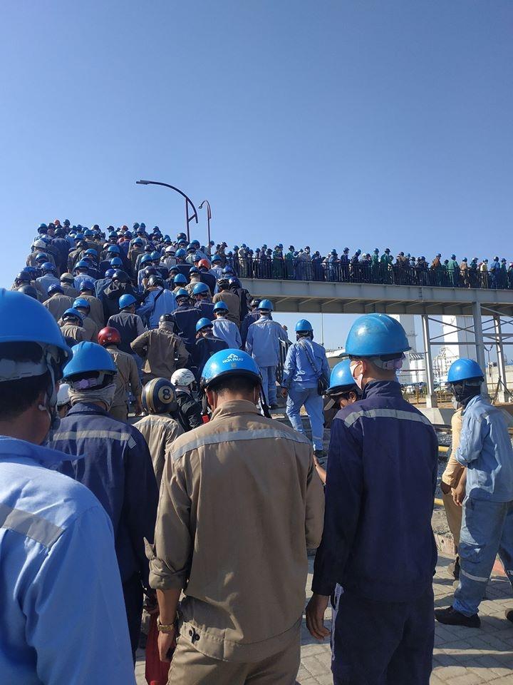 Quảng Ngãi: Hàng trăm công nhân Hòa Phát – Dung Quất chen chúc nhau qua cổng, bất chấp nguy cơ lây nhiễm Covid -19
