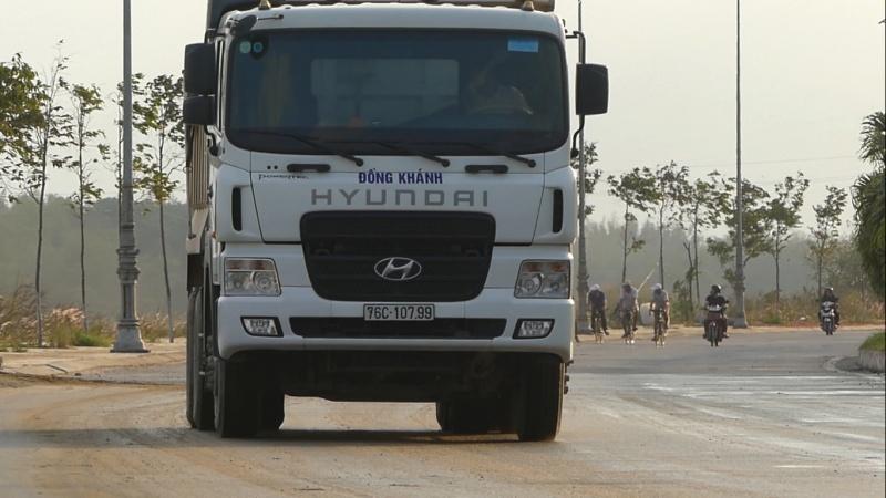 Quảng Ngãi: Xe công ty TNHH Đồng Khánh vận chuyển trái phép cát từ công trình Đập dâng hạ lưu Sông Trà Khúc?