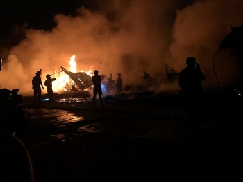 Quảng Ngãi: Xưởng bao bì cháy ngùn ngụt, trăm người đổ đi xem bất chấp cách ly xã hội