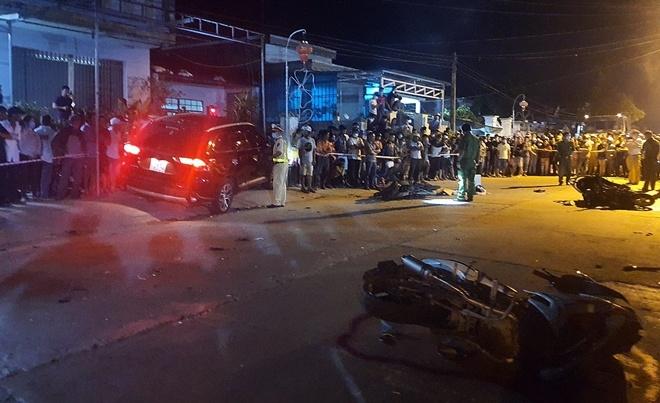 Quảng Nam: Ô tô tông hàng loạt xe máy, 2 người tử vong