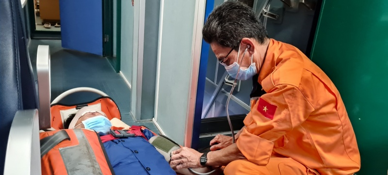 Kịp thời cứu nạn một thuyền viên bị tai nạn lao động trên biển