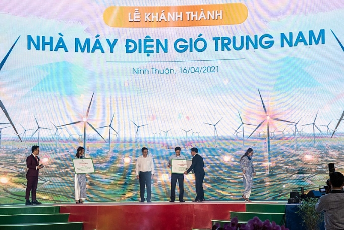 khanh thanh nha may dien gio trung nam lon nhat ca nuoc