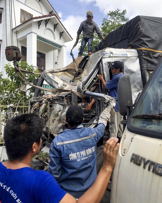Quảng Ngãi: Tông sụp nhà dân, hai tài xế kẹt trong khoang lái