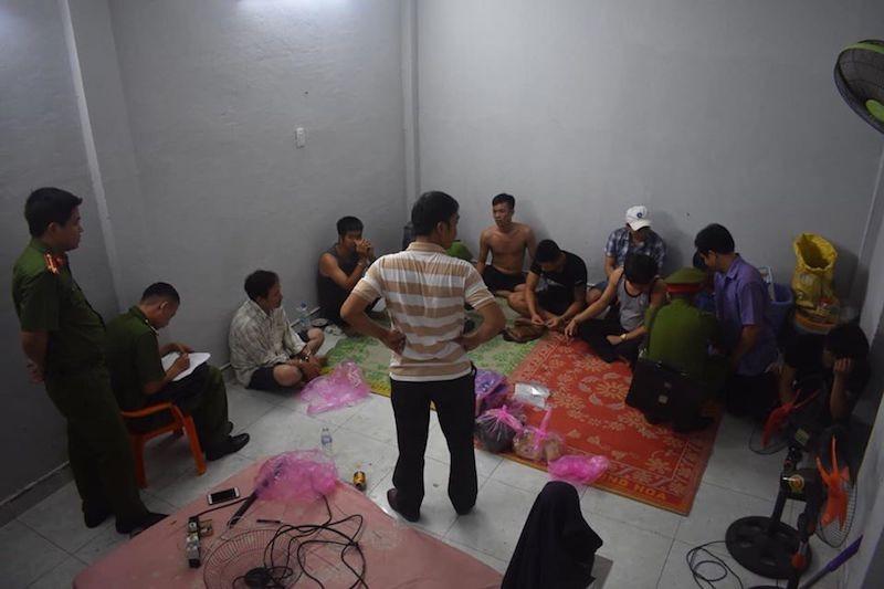 Quảng Ngãi: Bắt quả tang 4 cán bộ huyện đánh bạc