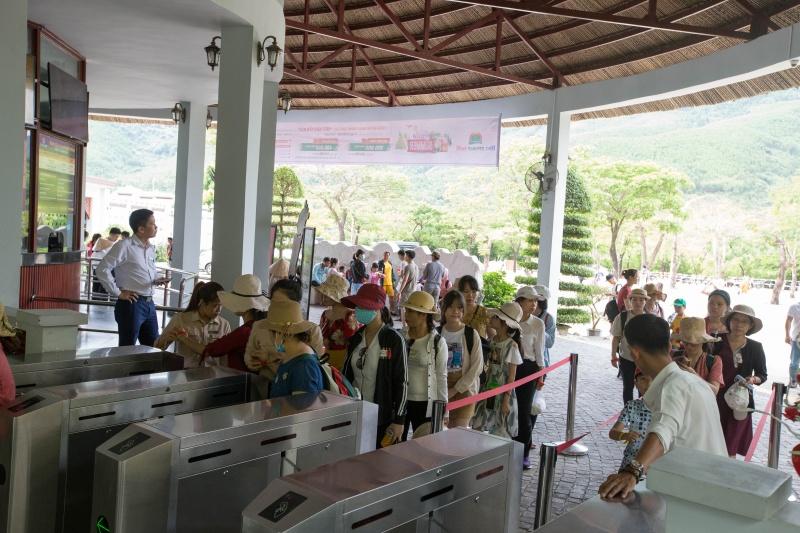 Đà Nẵng: Khu du lịch  Núi Thần Tài thu hút lượng khách lớn trong ngày đầu mở cửa trở lại