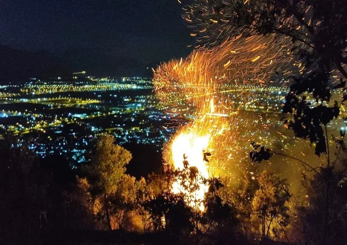 Đà Nẵng: Cháy lớn trên núi Sọ, khó tiếp cận trong đêm