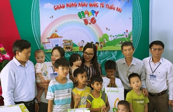 quang ngai tang qua cho 4 co so nuoi day tre mo coi