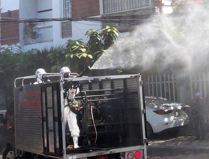 Đà Nẵng: Bộ đội hóa học phun khử khuẩn tại các điểm nóng có ca mắc Covid-19