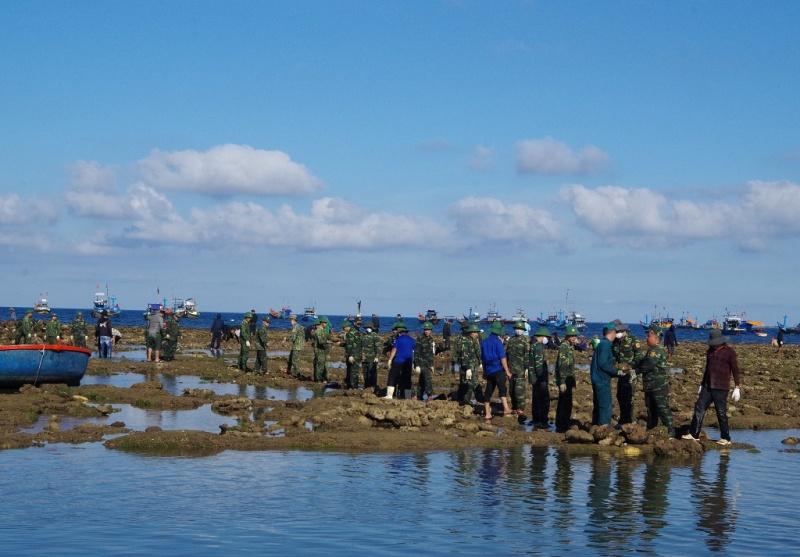 Quảng Ngãi: Huy động gần 300 đoàn viên, thanh niên đắp đê chắn sóng