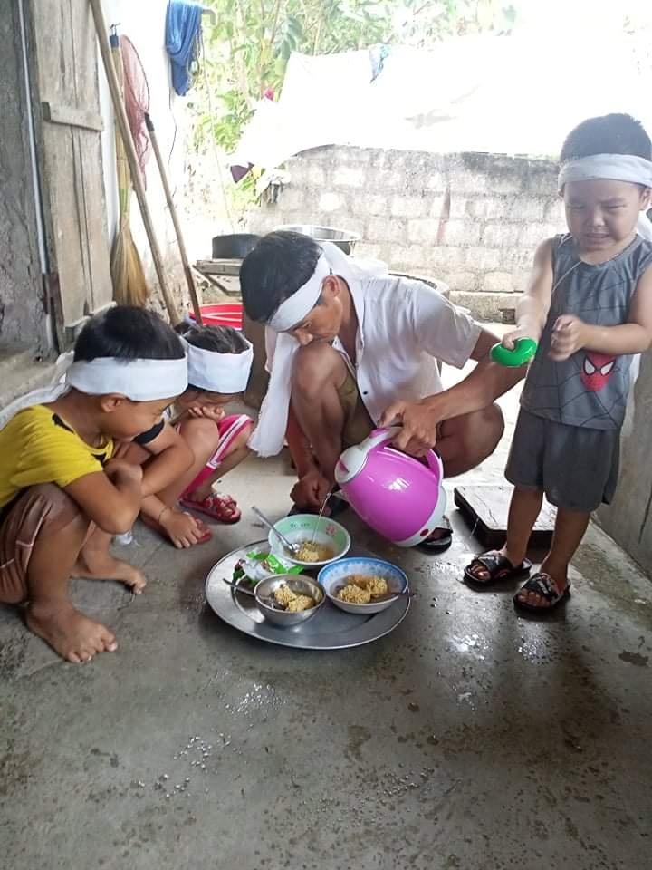 Xót lòng cảnh 3 đứa trẻ thơ gào khóc vì đột ngột mất mẹ