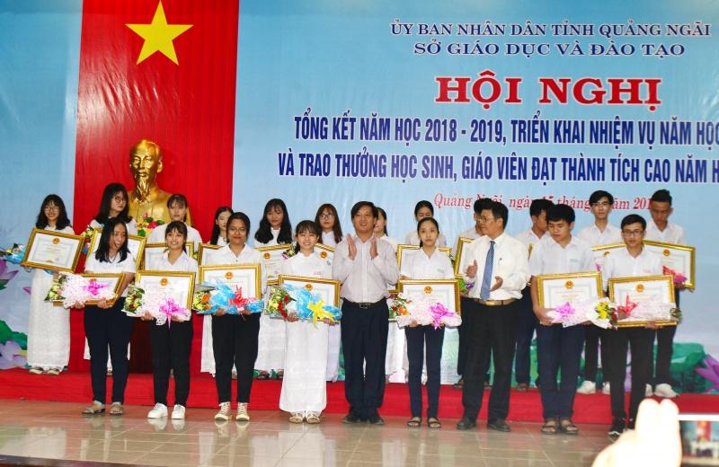 Quảng Ngãi: Khen thưởng 87 học sinh, 73 giáo viên đạt thành tích cao trong năm học 2018-2019