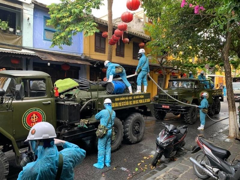 Quảng Nam: Phố cổ Hội An được 6 xe chuyên dụng của quân sự phun tiêu độc, khử trùng