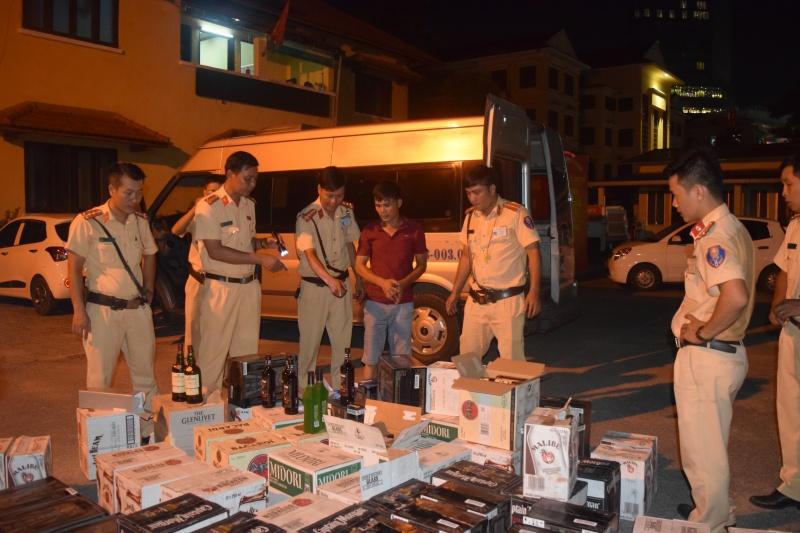 Huế: CSGT Công an TP Huế bắt xe vận chuyển 600 chai rượu lậu
