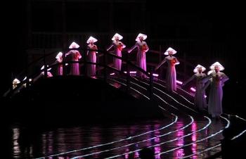 """500 diễn viên biểu diễn """"Ký ức Hội An"""" dưới mưa phục vụ khán giả"""