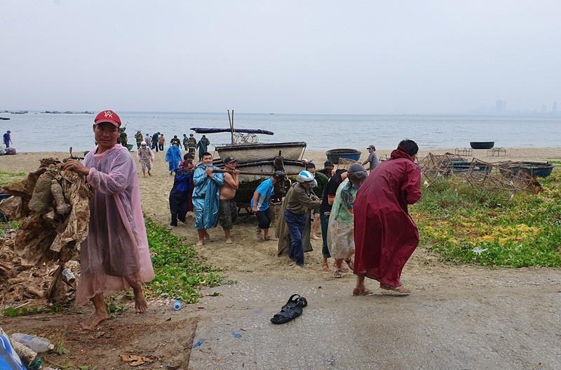 Đà Nẵng: Ngư dân neo đậu di dời tàu thuyền tránh bão