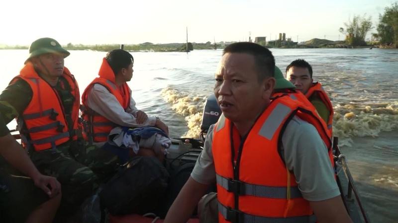 Quảng Ngãi: Cứu hộ 38 người dân cùng công nhân mắc kẹt trong vùng lũ