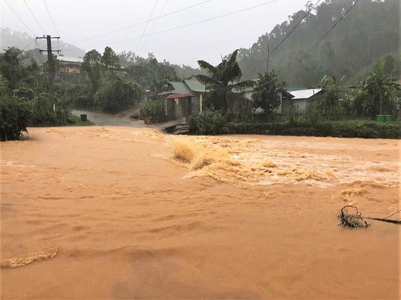 Quảng Nam: Mưa lớn gây sạt lở nhiều tuyến đường, chia cắt nhiều nơi