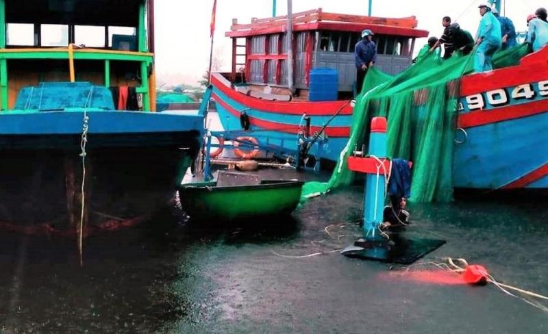 Quảng Nam: Sóng đánh chìm 2 tàu cá đang neo đậu