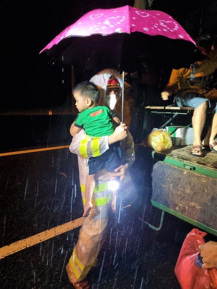 Quảng Nam: Lực lượng công an giải cứu hàng chục người dân mắc kẹt giữa dòng lũ trong đêm