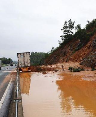 Sạt lở nghiêm trọng trên cao tốc Đà Nẵng – Quảng Ngãi