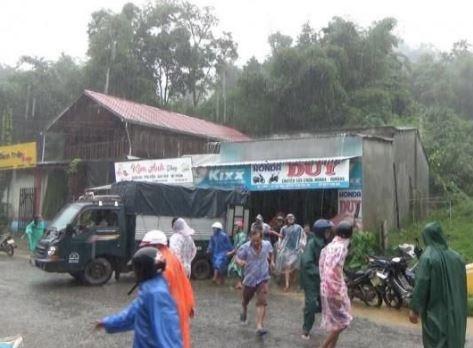 Quảng Nam: Sạt lở vùi lấp 6 căn nhà của người dân
