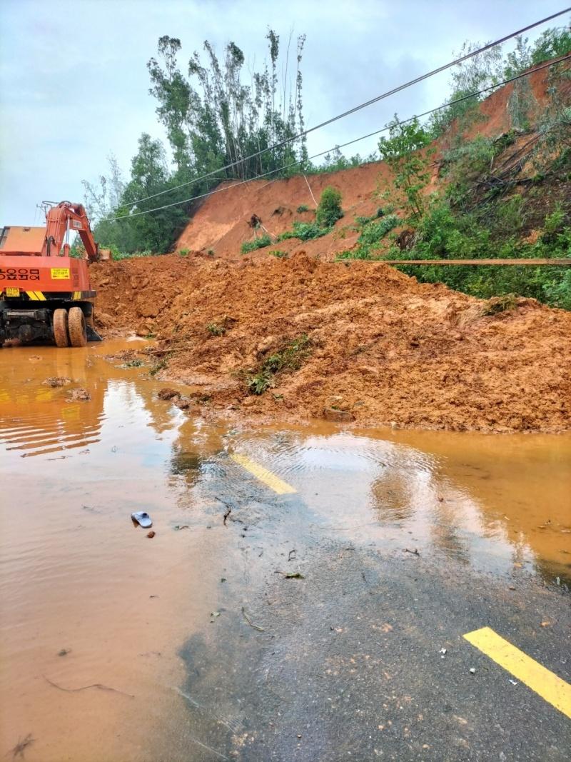 Quảng Nam: Nhiều điểm sạt lở tại huyện Núi Thành, nguy cơ mất an toàn cho người dân tham gia giao thông