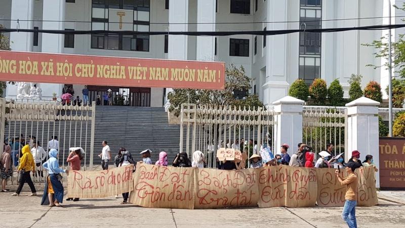Công ty Bách Đạt An không dự phiên tòa, gần 300 người dân bức xúc căng băng rôn phản ứng